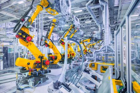 Industrirobotar som arbetar med fordonsdelar.