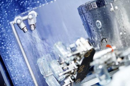 Produktion inom livsmedel, flaskor sköljs av med vatten.