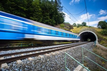 Tåg i hög hastighet påväg in i en tunnel.
